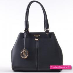 Czarna torebka w modnym fasonie ze złotymi detalami