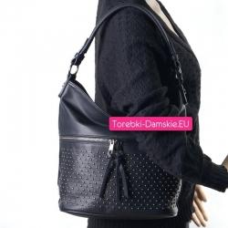 Czarna torebka z kieszenią i ćwiekami z przodu