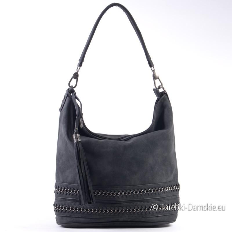 Czarna torba z chwostem i wykonanymi z łańcuszka aplikacjami