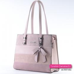 Różowa torebka na ramię w modnych pastelowych odcieniach