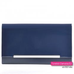 Granatowa kopertówka z ozdobną metalową listwą i lakierowaną klapą