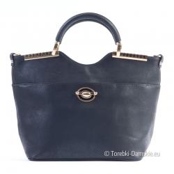 Czarna torebka z ozdobną broszką