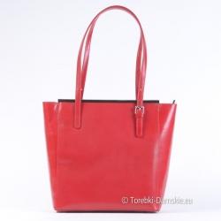 Czerwona torba w kształcie trapezu z ozdobnymi listwami metalowymi