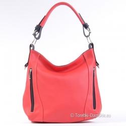 Czerwona skórzana torebka z czarnymi elementami