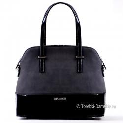 Czarny kuferek - stylowa torebka z lakierowanymi elementami