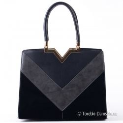Czarny kuferek ze złotymi okuciami