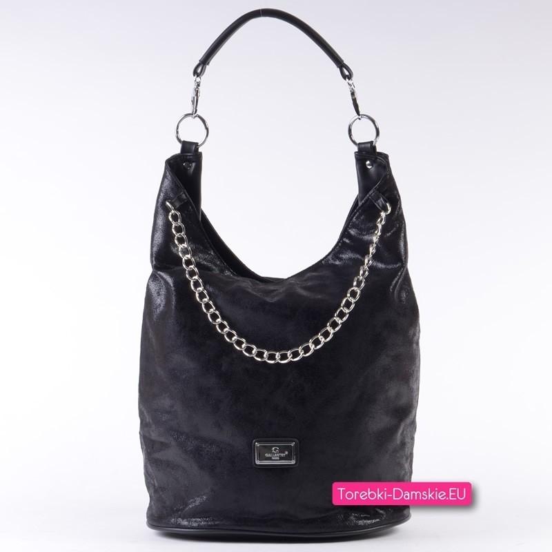 Czarna torba z ozdobnym łańcuszkiem