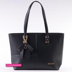 Czarna torba A4 na ramię z ozodbnym wisiorkiem