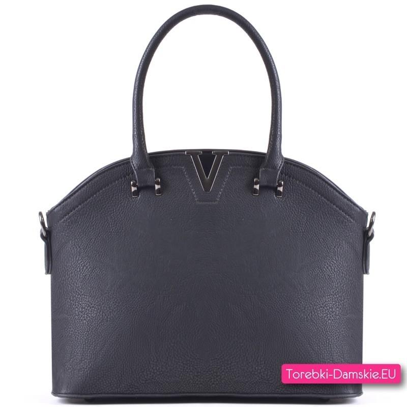Czarna torebka z ozdobą metalową w kształcie litery V