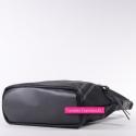Czarna torebka z ukośnie biegnącym suwakiem z przodu
