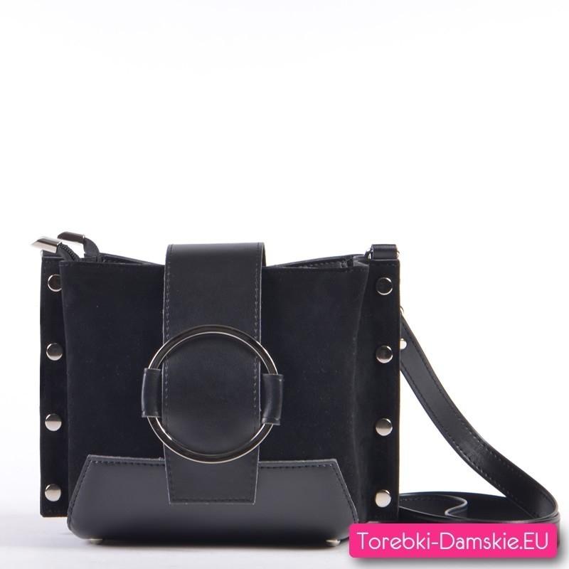 Czarna efektowna torebka z ozdobną okrągłą klamrą
