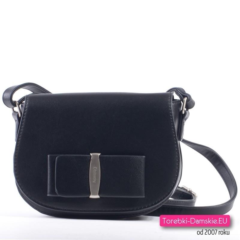 Czarna mała torebka crossbody listonoszka z efektowną klamrą
