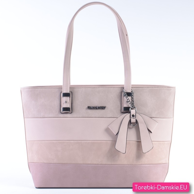 Pojemna różowa torba na ramię w modnych pastelowych odcieniach