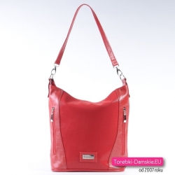 Czerwona torebka na ramię i do przewieszenia średniej wielkości