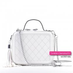 Biały kuferek - torebka damska na łańcuszkach z chwostem