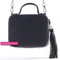 Mały czarny kuferek ze srebrnymi łańcuszkami - modny fason