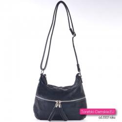 Czarna torebka damska średniej wielkości