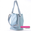 Błękitna torebka z kosmetyczką i długim dopinanym paskiem do przewieszenia