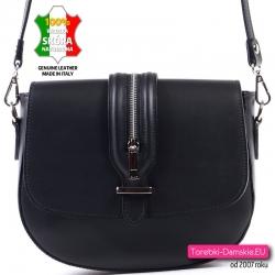 Czarna torebka z klapą ze skóry z ozdobnym suwakiem