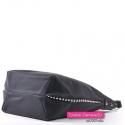 Czarna torebka z perłami na bokach