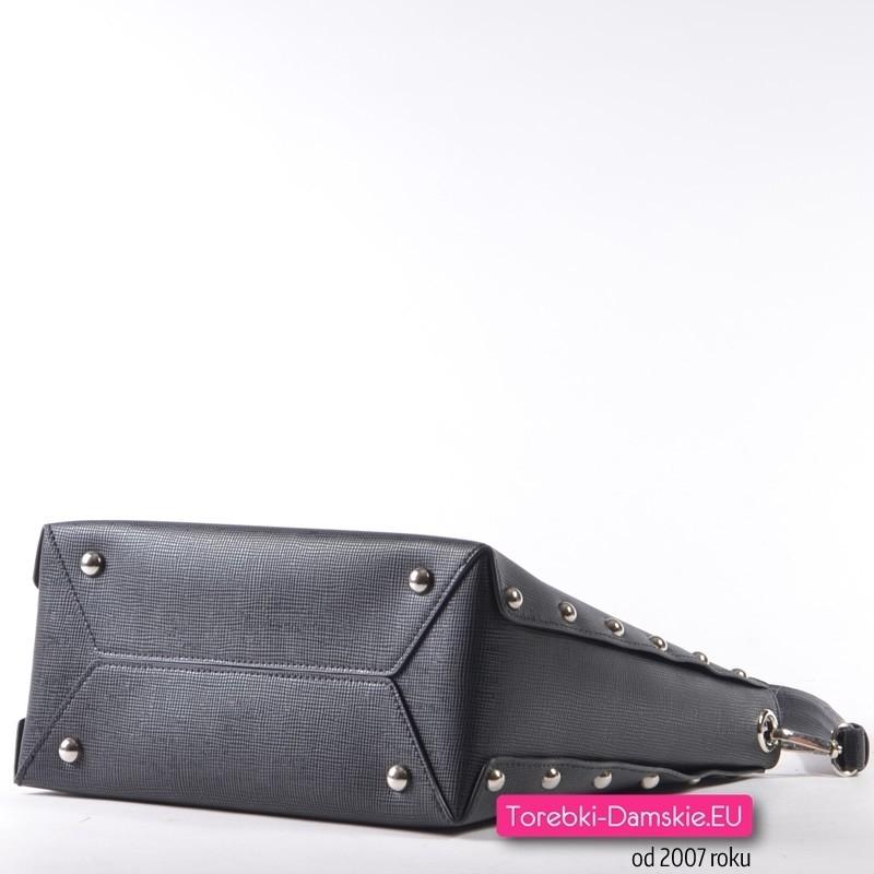 50f8402622d38 ... Czarna elegancka torebka damska z ozdobnymi metalowymi ćwiekami -  nitami ...