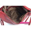 Czerwona torebka z ozdobnym paskiem z klamrą