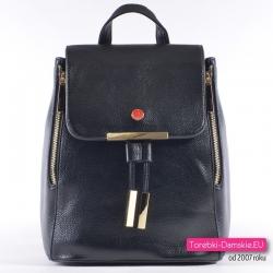 Oryginalny plecak damski Monnari w kolorze czarnym ze złotymi metalowymi ozdobami