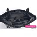 Wewnątrz tej czarnej torebki jest przegroda pełniąca funkcję jednej z 4 kieszeni