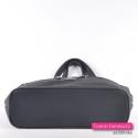 Spód tej czarnej torebki usztywniono tak, aby zawartość nie wypychała go od spodu