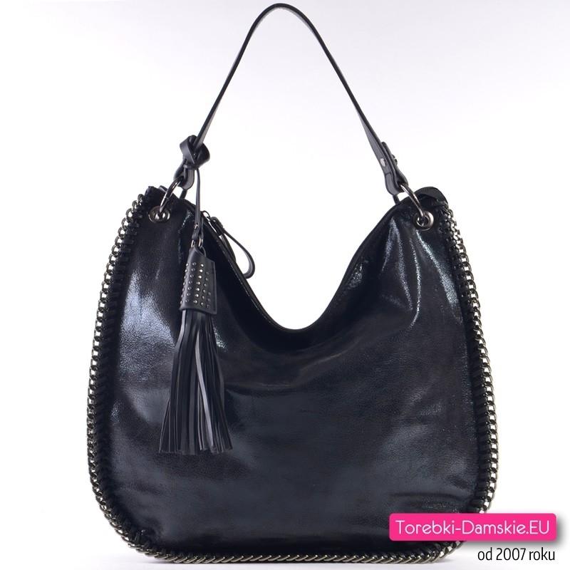 ce175b35 Czarna połyskująca torba damska z ozdobnymi łańcuszkami na obwodzie