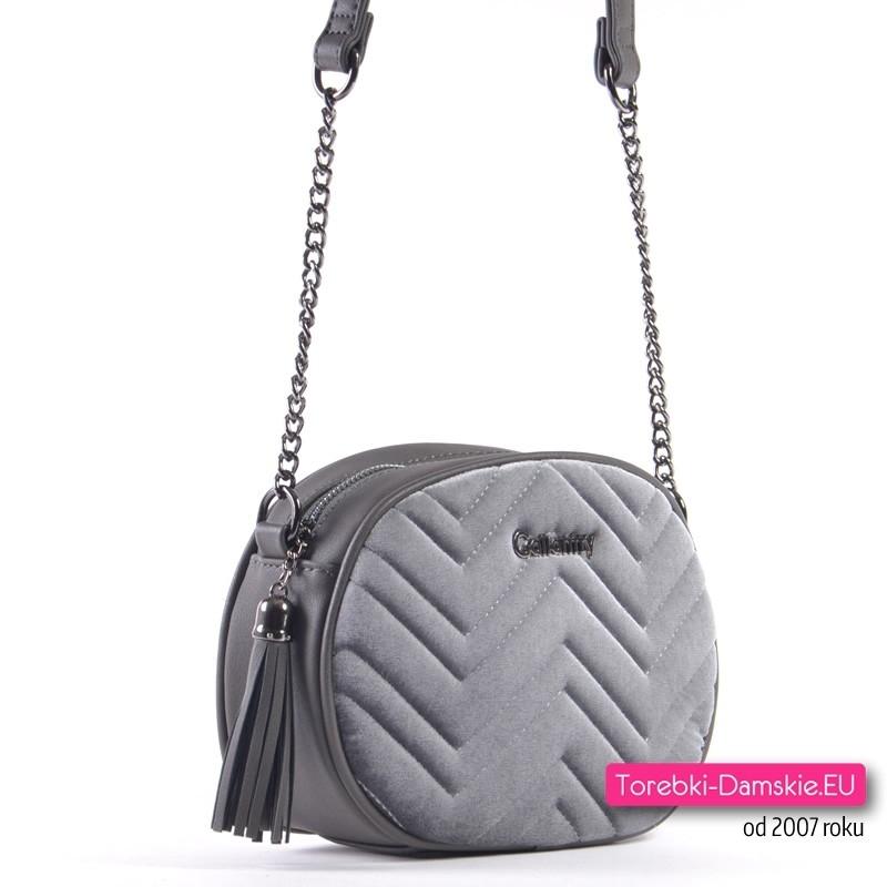 Przód i tył tej szarej torebki wykonano z miłej w dotyku pluszowej tkaniny