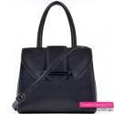 Czarna torebka z ozdobną klapą i paskiem długim dopinanym