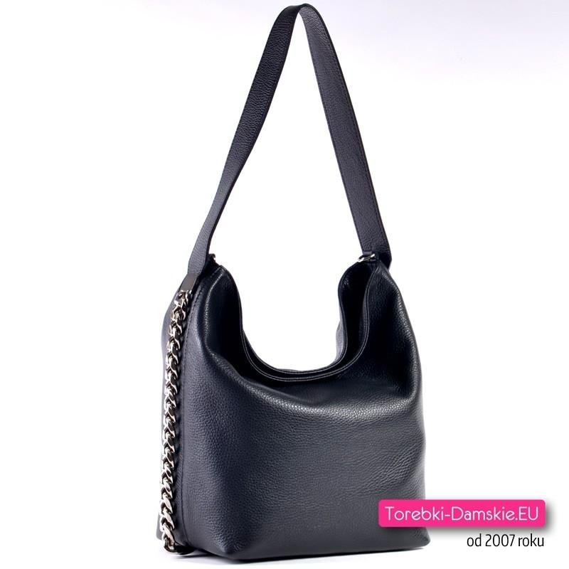 Czarna skórzana torebka włoska z ozdobnymi łańcuchami na bokach