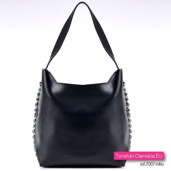 Czarna torebka ze srebrnymi łańcuszkami na bokach