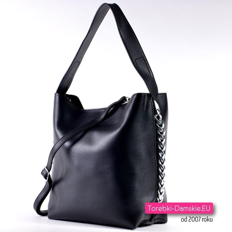 Czarna torebka ze srebrnymi ozdobnymi łańcuszkami i długim paskiem