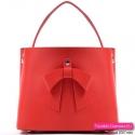 Czerwona torebka średniej wielkości z ozdobną kokardą