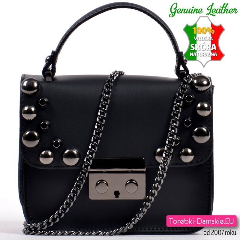 ad1929df07b7c Czarna torebka ze skóry z ćwiekami na klapie i odpinanym łańcuszkiem  Włoska  ...