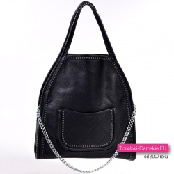 Czarna torebka damska na ramię z ozdobnym łańcuszkiem i pikowaną kieszenią z przodu