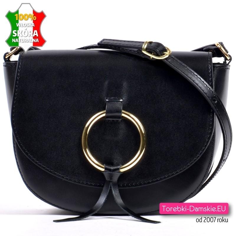 Skórzana czarna torebka z klapką i złotą ozdobą