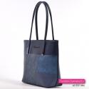 Średniej wielkości granatowo - niebieska torebka na ramię