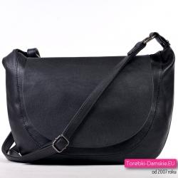 Czarna torebka z klapą średniej wielkości