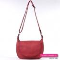 Czerwona torba z klapą średniej wielkości