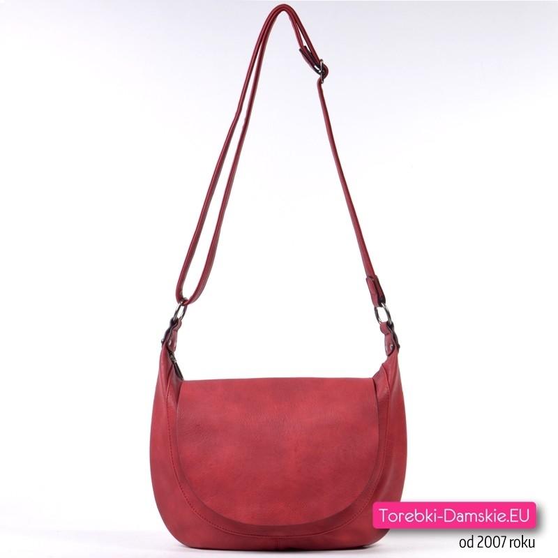 Czerwona torebka damska do przewieszenia z klapą - klasyczny fason, modny odcień koloru czerwonego