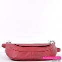 Praktyczna i modna czerwona torebka do przewieszenia