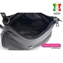 Zamykana suwakiem i kryta klapą torebka skórzana czarna