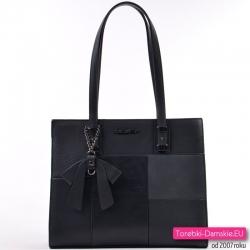 Czarna torebka A4 z kokardą, model na ramię z kompozycją geometryczną z przodu