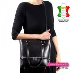 Ta czarna skórzana torebka ma dopinany pasek - można ją nosić w przewieszeniu