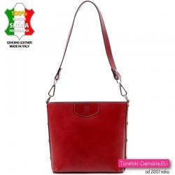Czerwona skórzana torebka z nitami na bokach