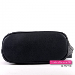 Czarna torebka z płaskim spodem usztywnionym