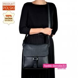 Kwadratowa czarna skórzana torba damska z klapą do noszenia w przewieszeniu